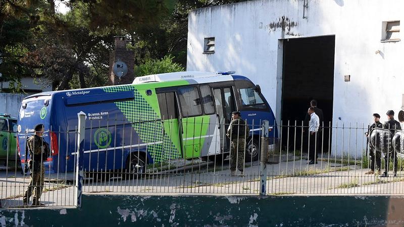 El vehículo penitenciario arriba al tribunal con los rugbiers acusados.