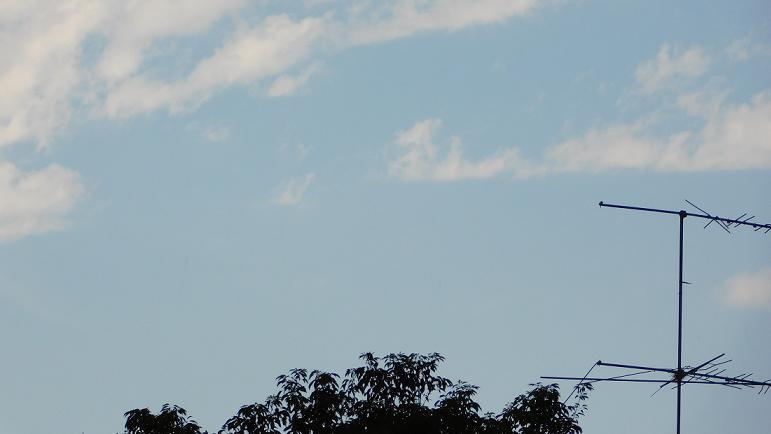 Algunas nubes se desparraman en inestable cielo casildense.