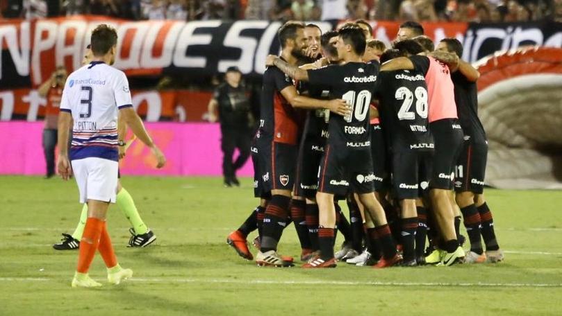 Todos abrazan al autor del gol. Moreno se estrenó en la red.