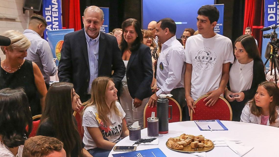Perotti con docentes y autoridades educativas.