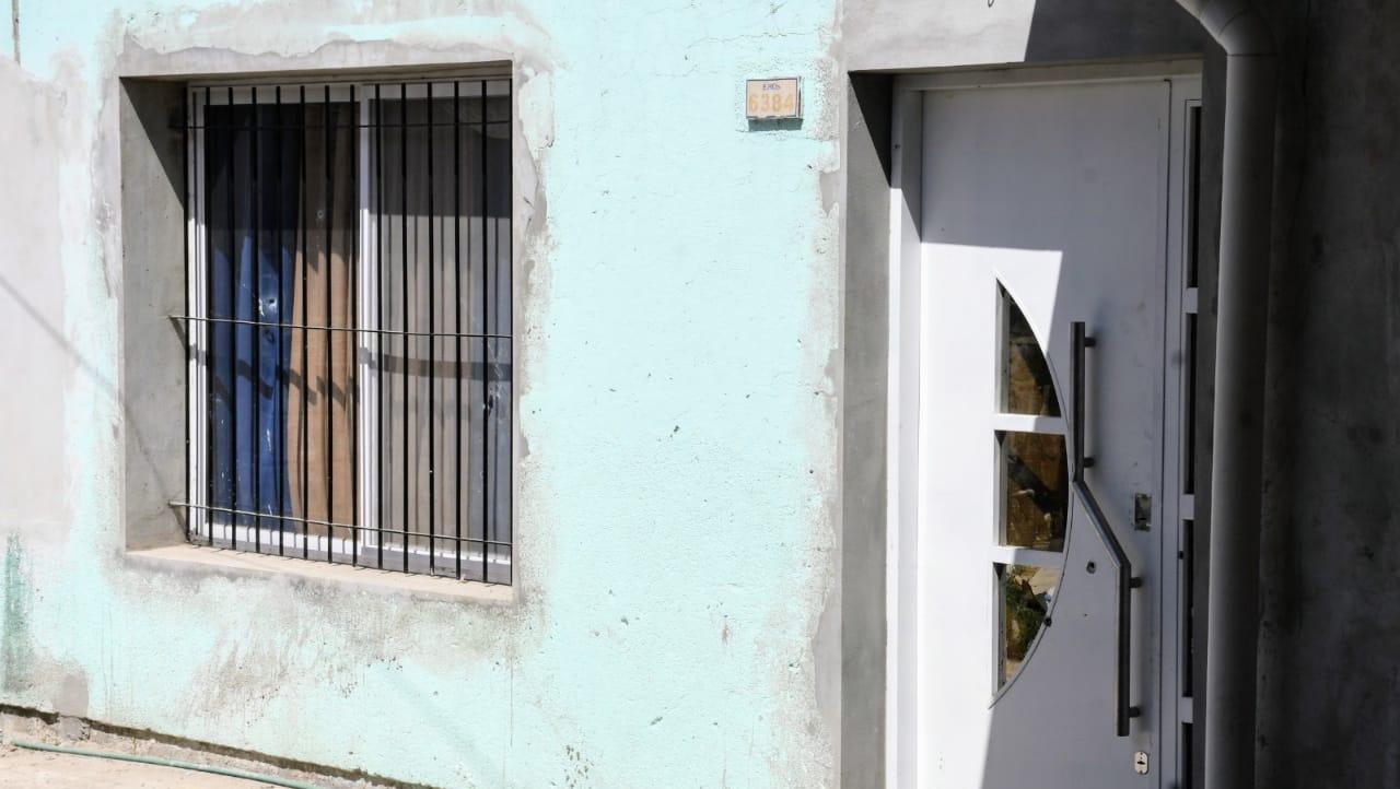 La vivienda del secretario fue baleada cuando estaban su mujer y su hija.