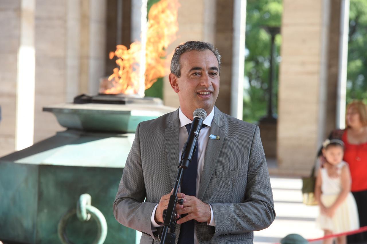 En el Propileo del Monumento, el nuevo intendente y su primer discurso.