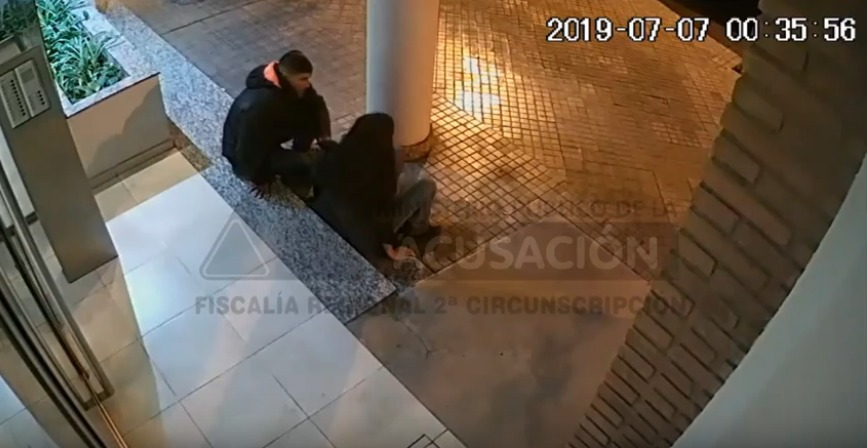 Víctima y victimario en el umbral del edificio de Maipú al 2200.