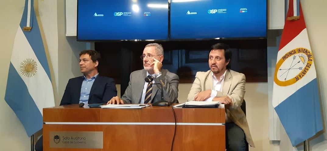 Sain, flanqueado por Fernández y González, en la presentación del informe.