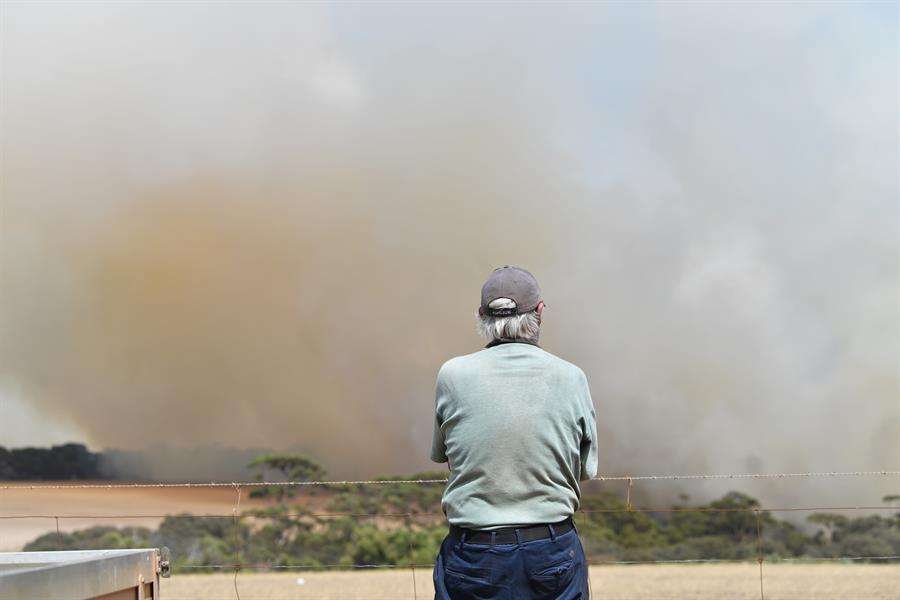 Un poblador mira resignado la humareda. El daño es incalculable.