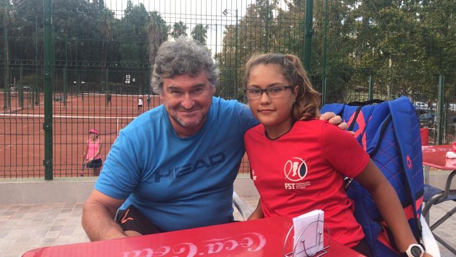 Luisina Giovanninien el break de una práctica junto a su entrenador Saúl Erlicher.