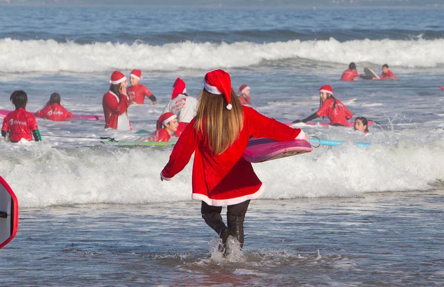 Papa Noel surfista en Galicia, España.