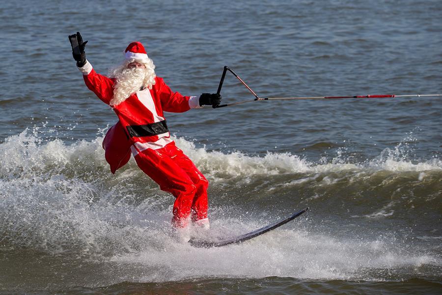 Papa Noel surfista en Virginia, Estados Unidos.