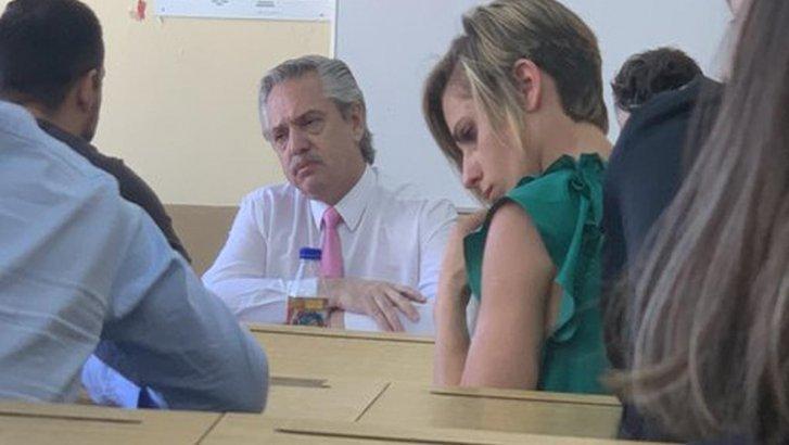 Alberto toma examen, ahora como presidente (Foto de Twitter)