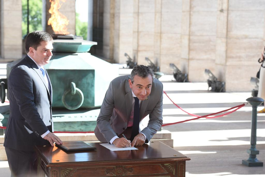 Javkin pone la firma. Rosario tiene nuevo intendente.