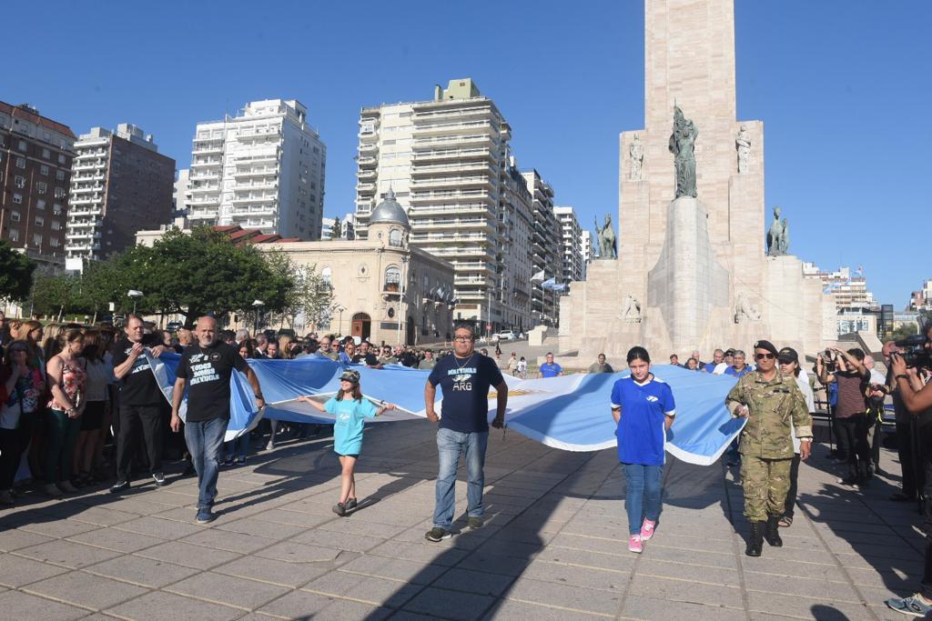 Héroes de Malvinas trajeron la Bandera que todos izaron en el Monumento.