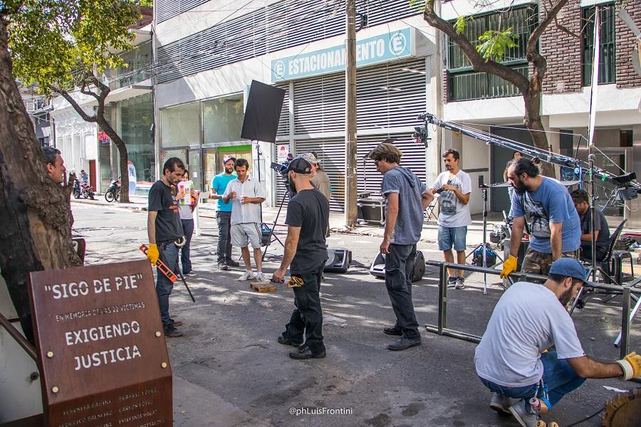 El jacarandá sobreviviente tiene una placa debajo. Escena de músicos frente al edificio de Salta 2141.