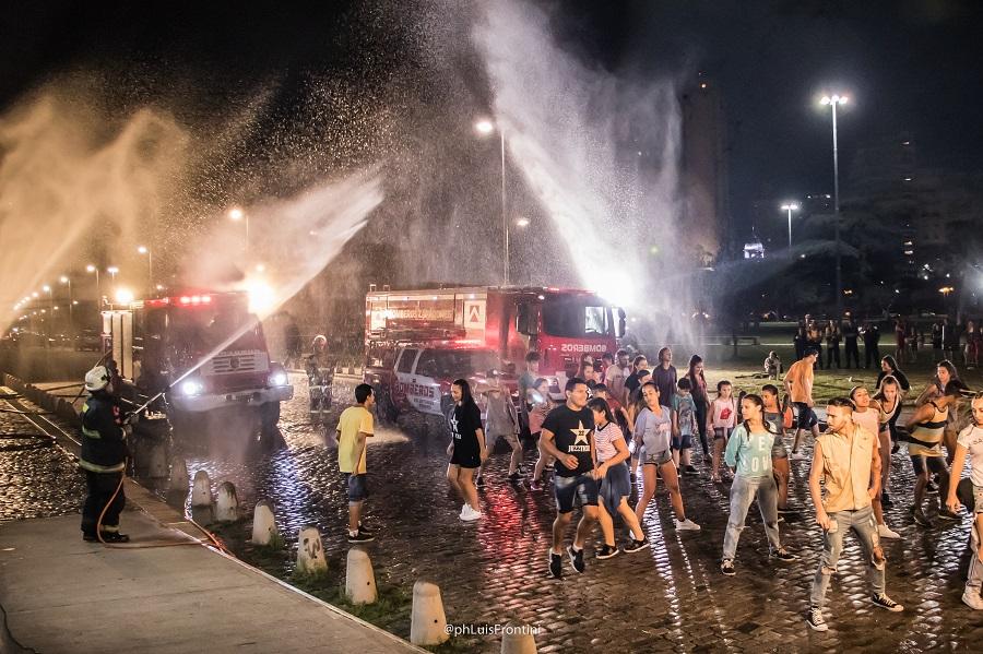 La filmación de los artistas junto a los bomberos zapadores en los Galpones del río.