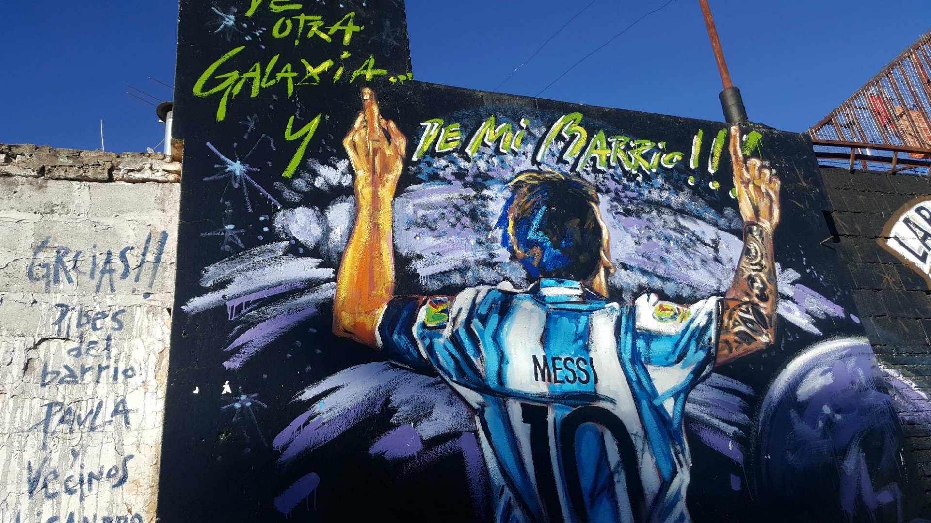 Uno de los murales realizados en el barrio de Lionelen su homenaje.