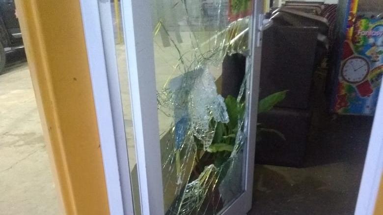 El vidrio quedó destruido.