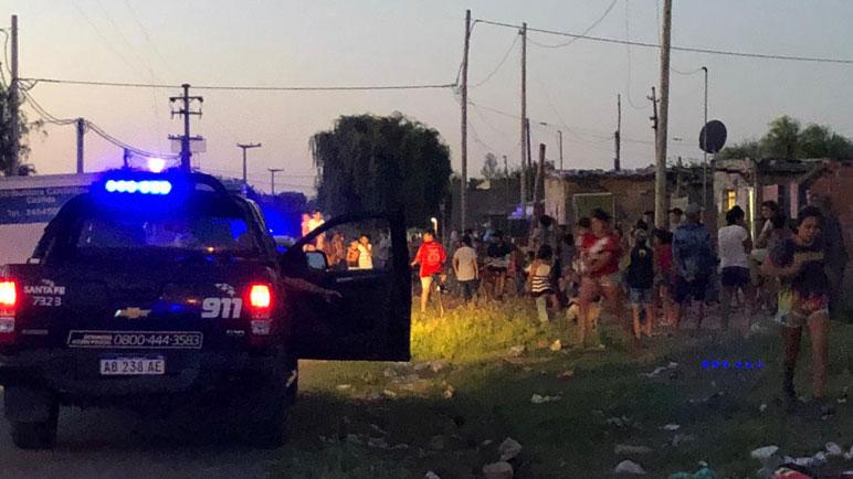El móvil policial tuvo que intervenir entre todos los vecinos.
