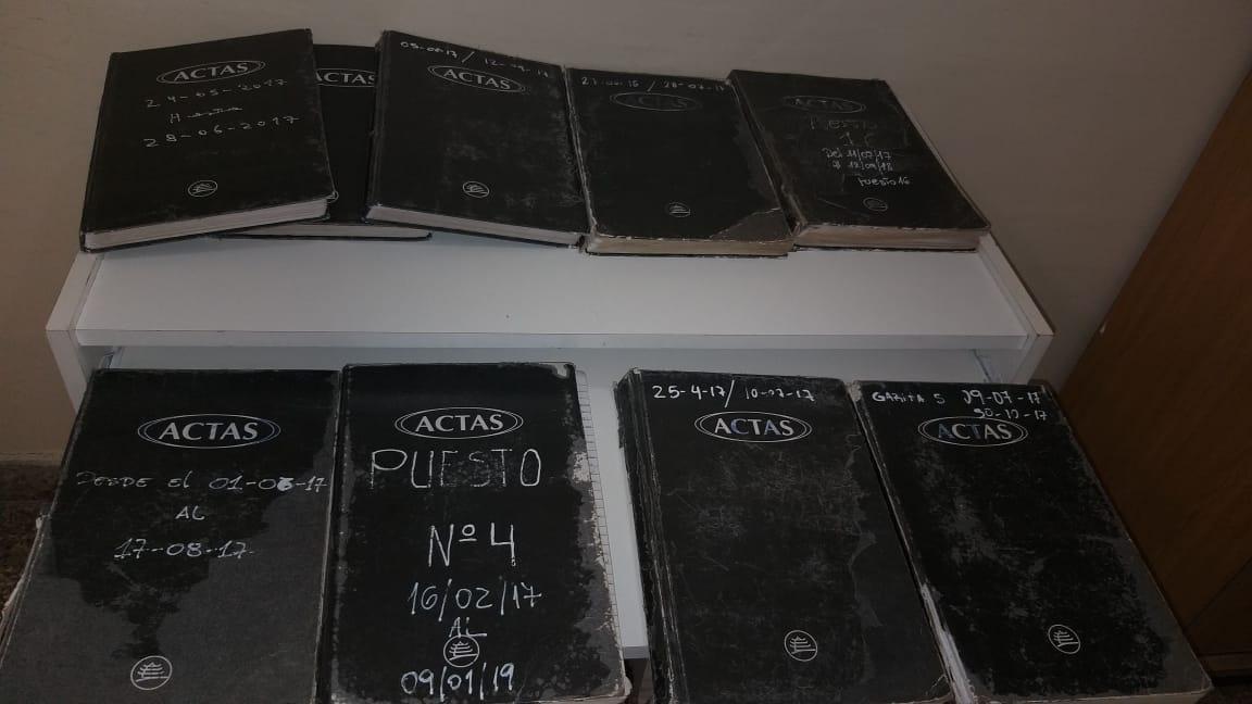 La foto del ministerio para probar que los libros no habían desaparecido.