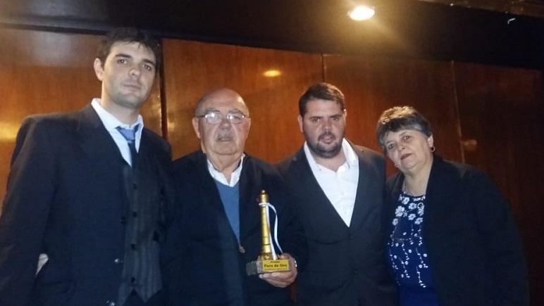 Los integrantes de Acordeomanía con su premio en mano.