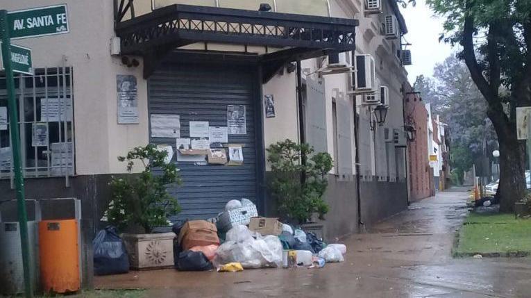 El ingreso de la Intendencia de Funes quedó tapado de basura por la situación crítica.