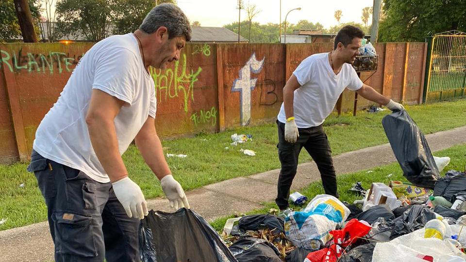 El intendente (der) junto a su gabinete recolectando la basura (Foto: InfoFunes).