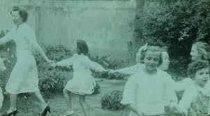 Una de las pocas imágenes de Leticia junto a sus alumnos escolares.