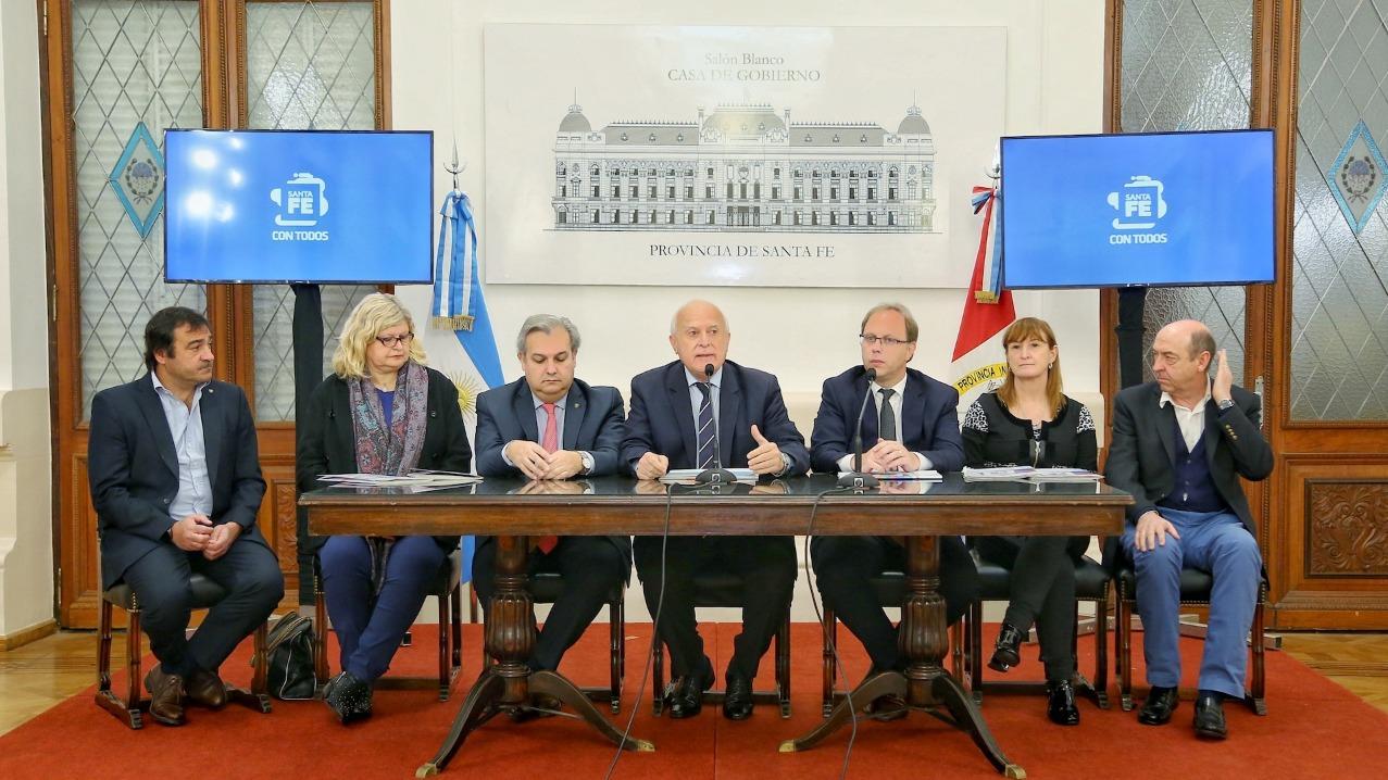 El gobernador y sus ministros, durante la firma del decreto de adhesión.