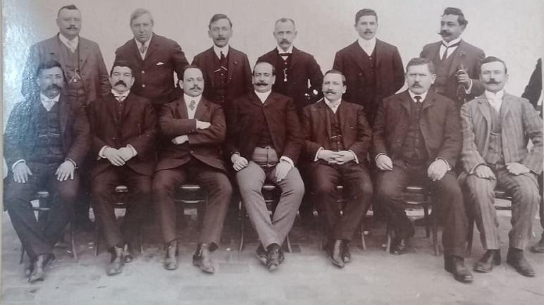 Comisión de caballeros que organizó la fiesta central.