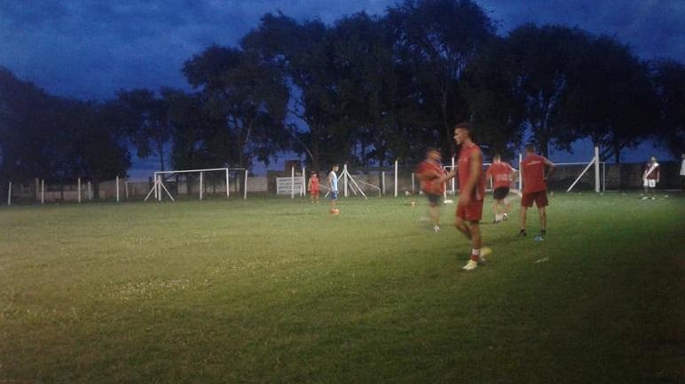 Los jugadores ya trabajan con mejor iluminación de noche en Los Molinos.