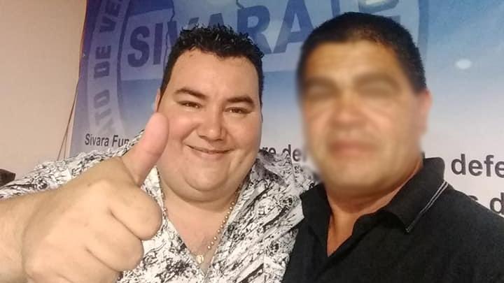Beto Riba (izq.) conduce el sindicato de vendedores ambulantes.