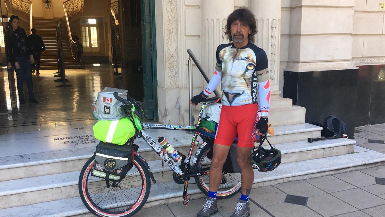 Decidió recorrer el mundo en bicicleta en contra del maltrato animal.