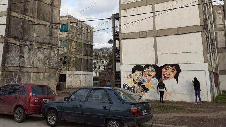 Los vecinos del barrio ya curiosean y están contentos con la pintura.