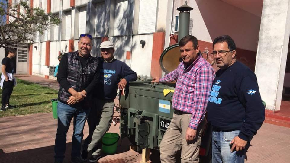Ex combatientes de Malvinas cocinan, juntan fondos y los donan.