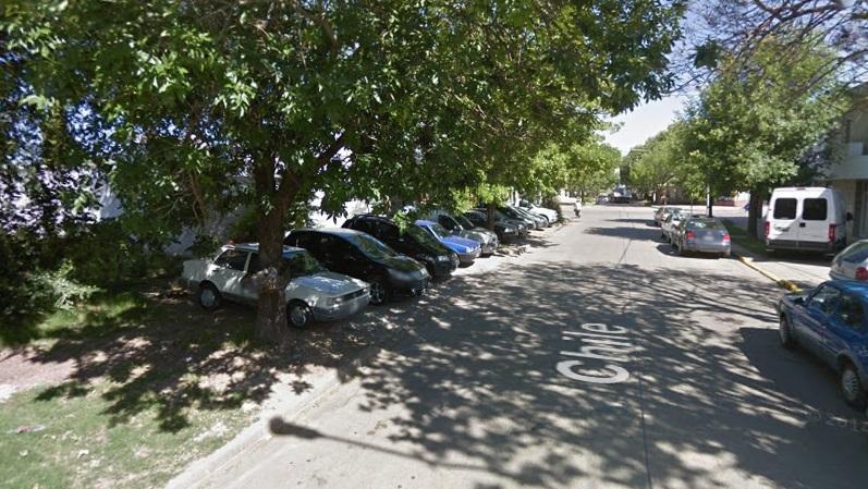 Un comercio de calle Chile con los autos en la vereda.