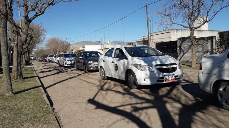 La cola de autos con tulipa en las calles de Pujato.