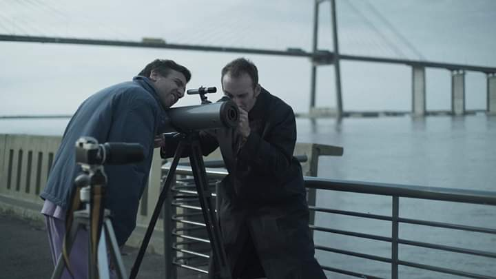 Callaci y Fissolo en una escena en el muelle frente al puente Rosario-Victoria.