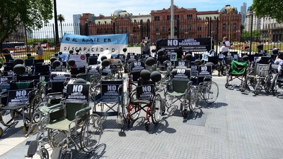 Protesta de prestadores de servicios frente a Casa de Gobierno.