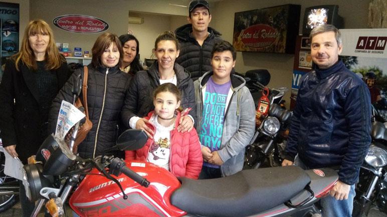 Los ganadores del sorteo junto a Osvaldo Acuña.
