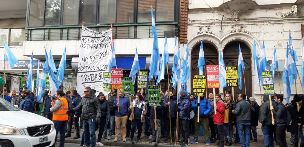 Los trabajadores se manifestaron frente al local de calle Urquiza 1609 (Foto: Tw Conclusión)