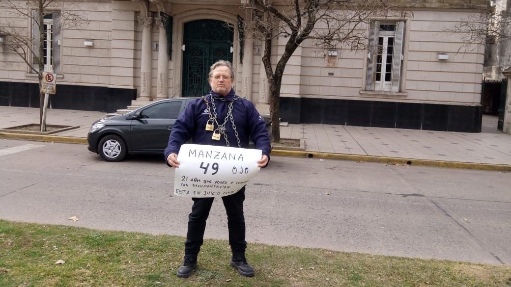 Hugo Zarza, mostrando su cartel.