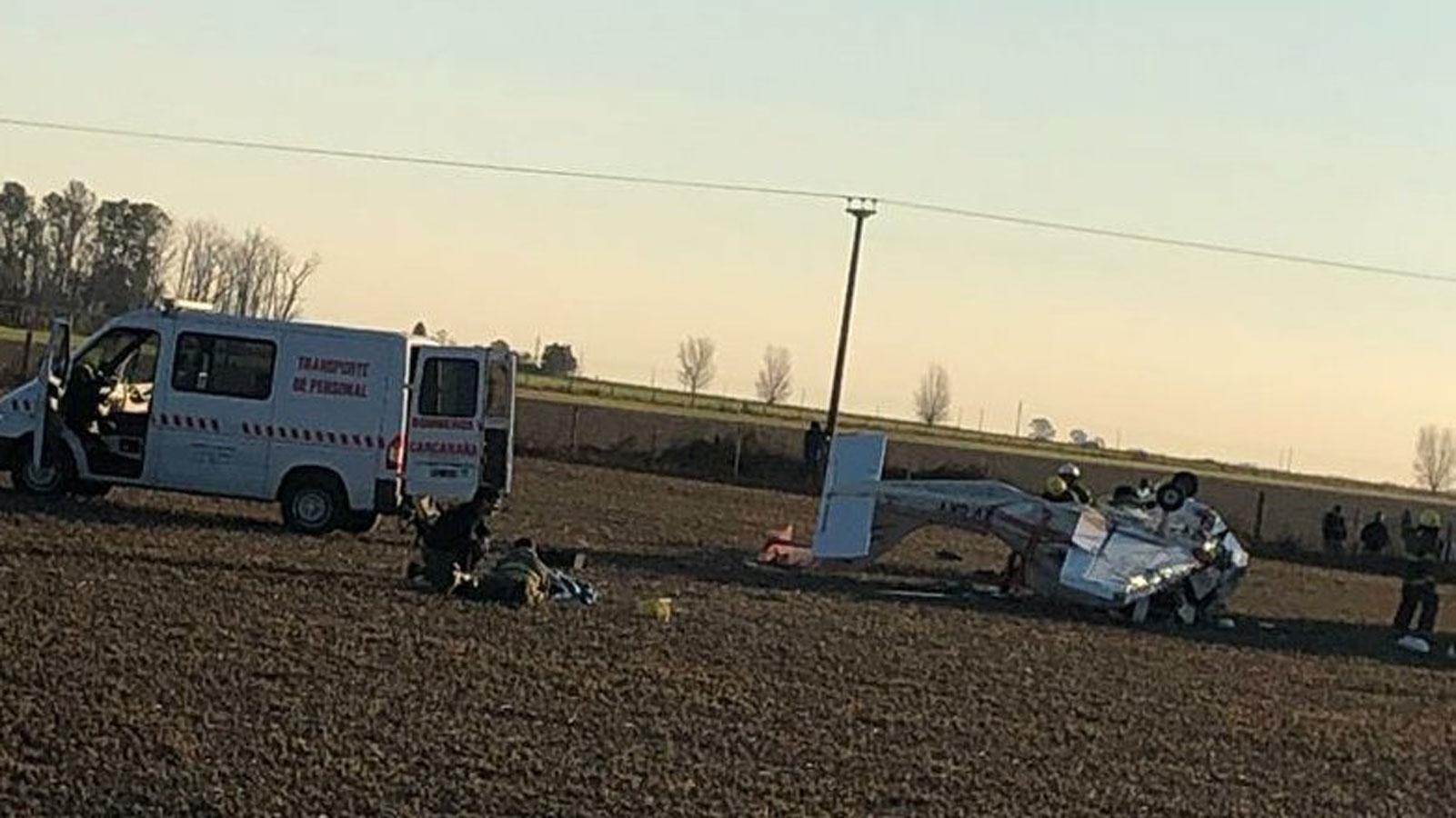 La imagen de la avioneta destrozada y la ambulancia.