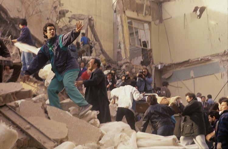 Una de las imágenes que estremecieron, gente de a pie rescatando en los primeros minutos.