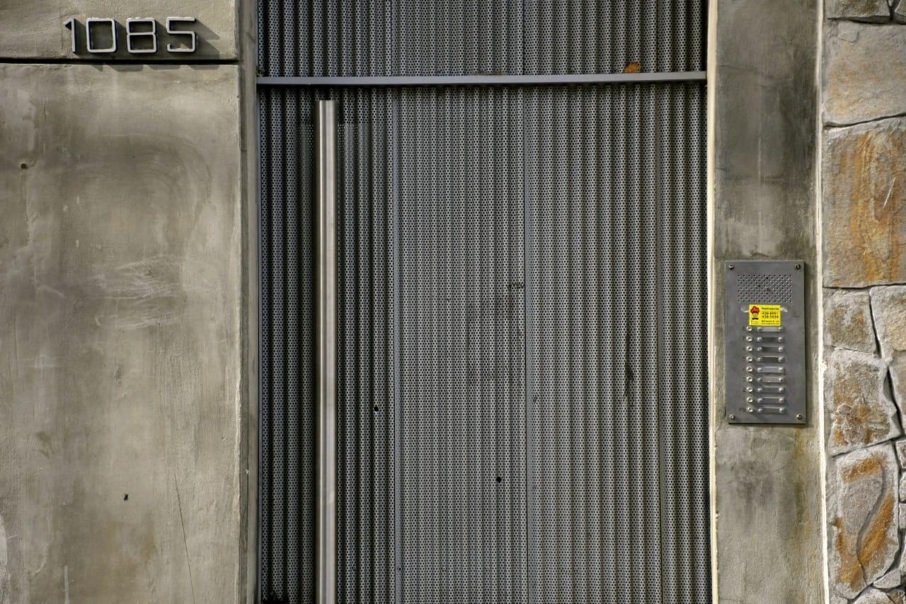 La puerta de ingreso de chapa tiene dos impactos de bala.