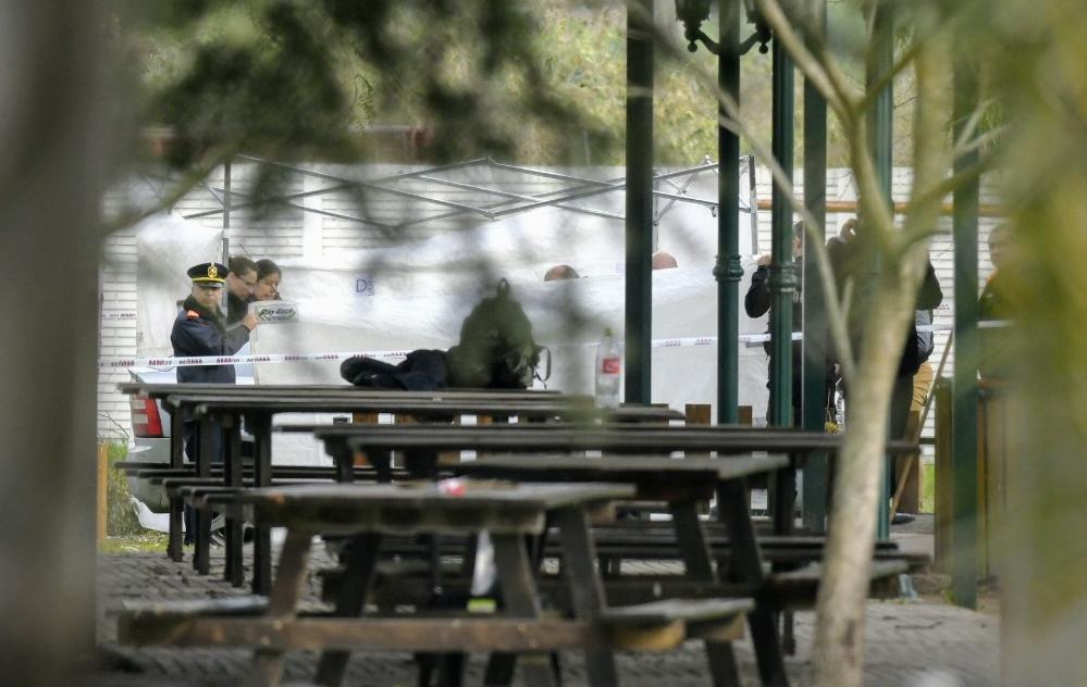 Policías en torno a la escena donde apareció el cuidador. Se habría disparado solo y de manera involuntaria. (Rosarioplus.com)