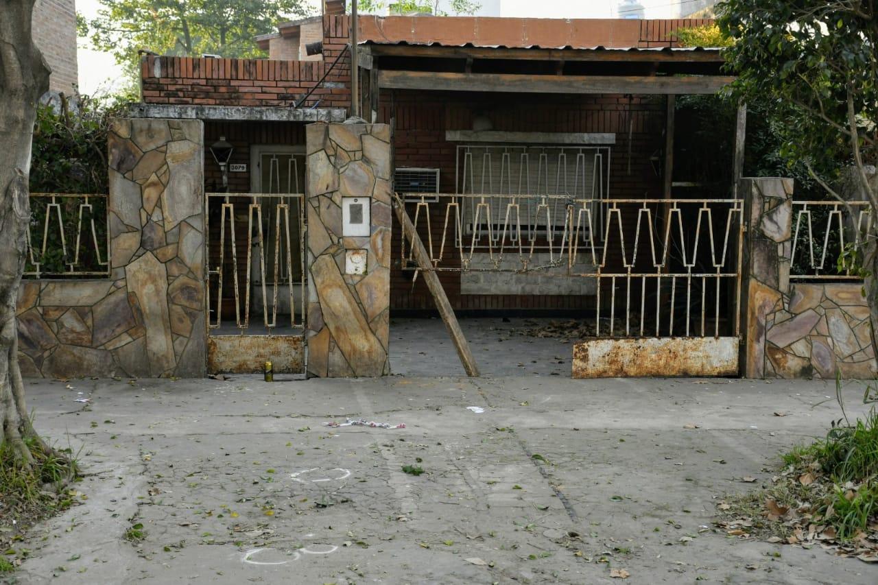 La vivienda del crimen. En la rampa, el sitio donde se hallaron vainas servidas.