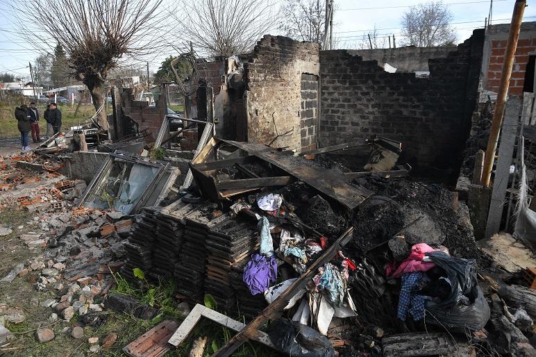 El fuego consumió en minutos la precaria vivienda.