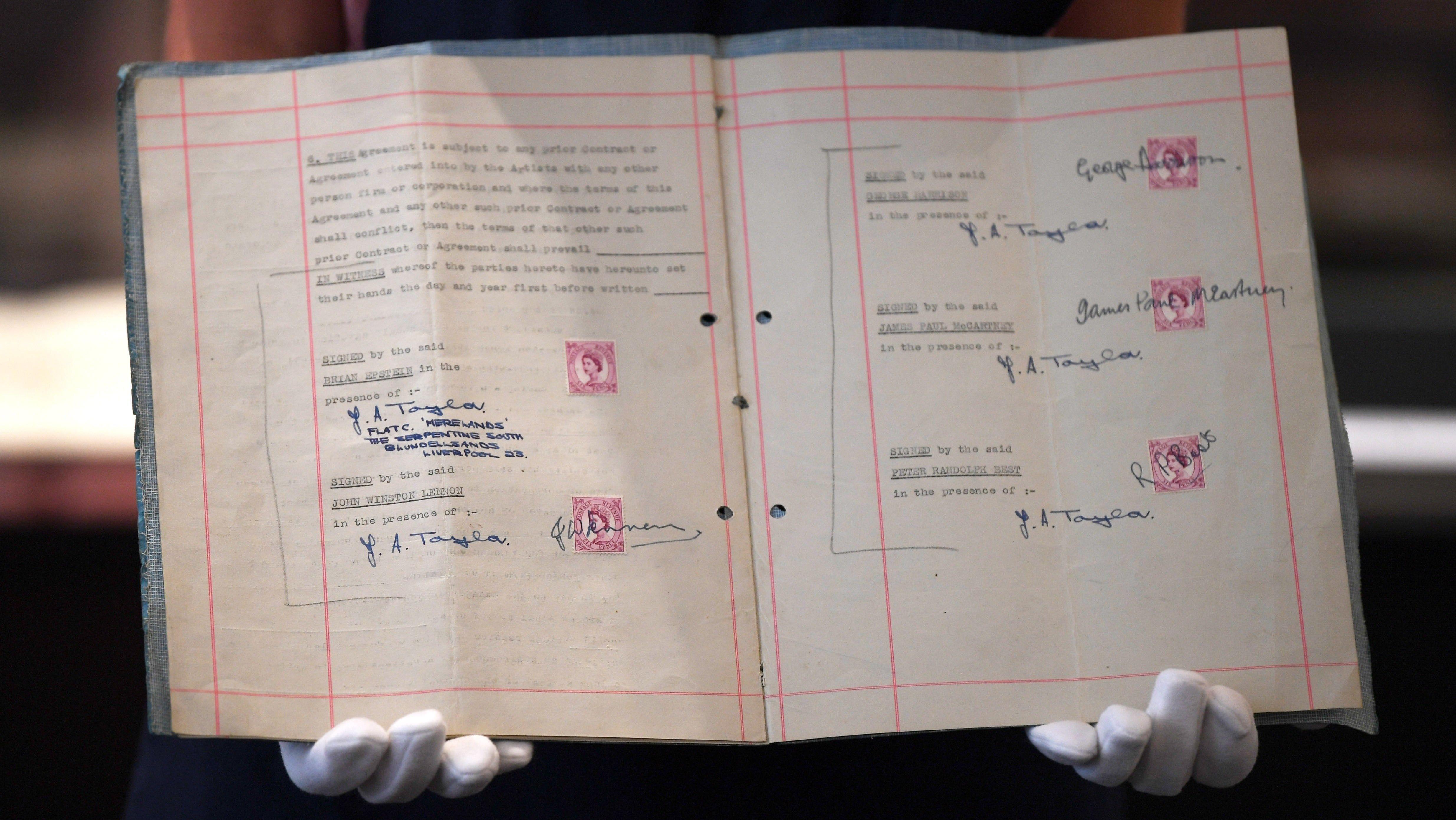 Es solo un viejo cuaderno de hojas amarillentas... pero que vale una fortuna. (EFE)