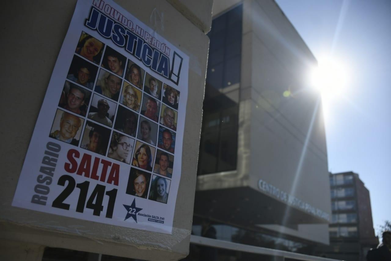 El Centro de Justicia Penal se llenó de carteles en las horas previas al fallo.