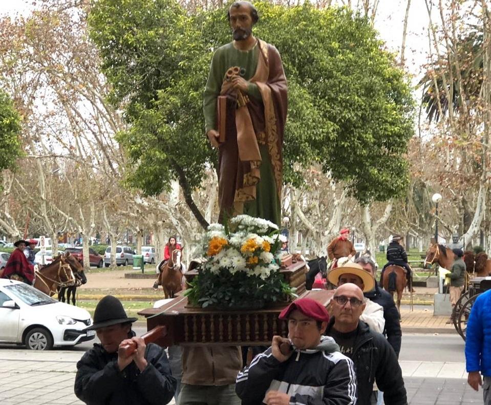 La imagen del Santo Patrono ingresando a la parroquia.
