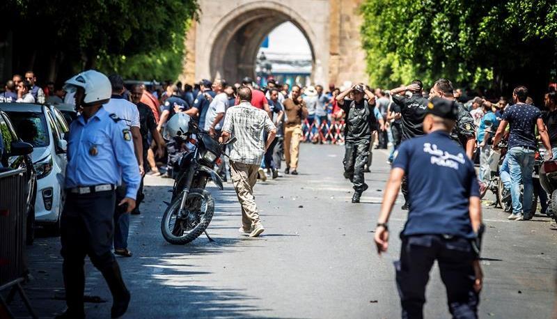 La policía acordonó la zona del atentado donde murió un policía.