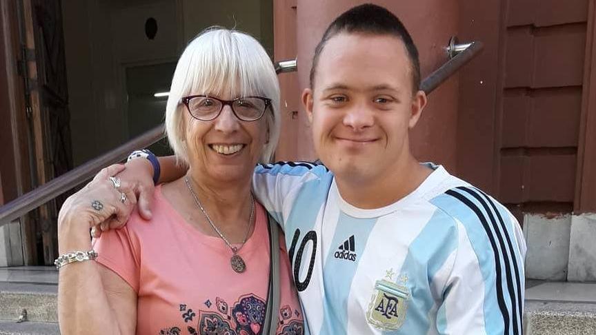 Rosita y su nieto, abrazados por la vida.
